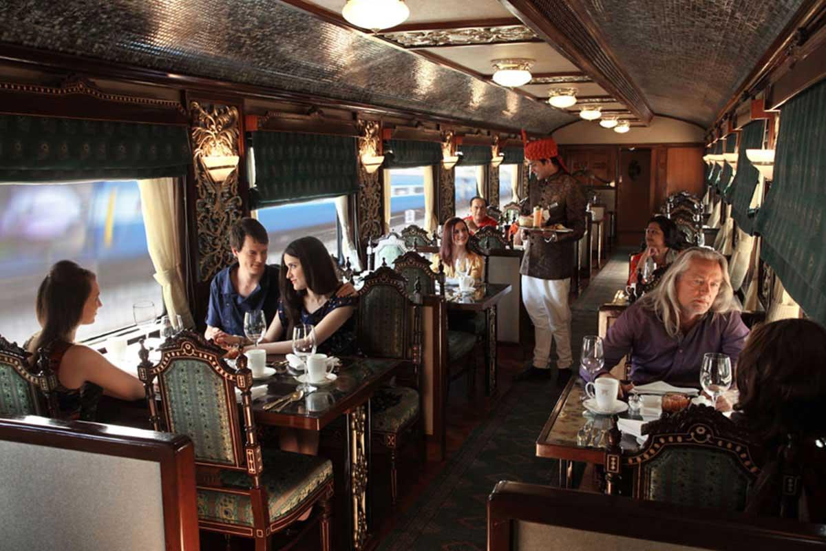 Petit-déjeuner dans le  Mayur Mahal  du Maharajas' Express