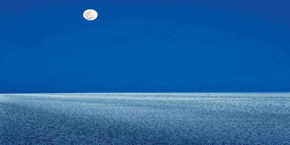 La lune éclaire le désert