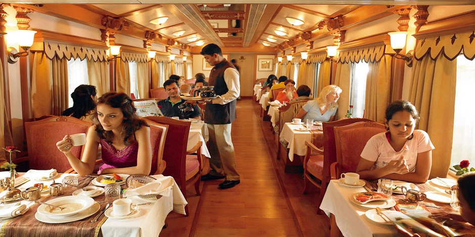 Voiture restaurant convivial du Train Golden Charriot
