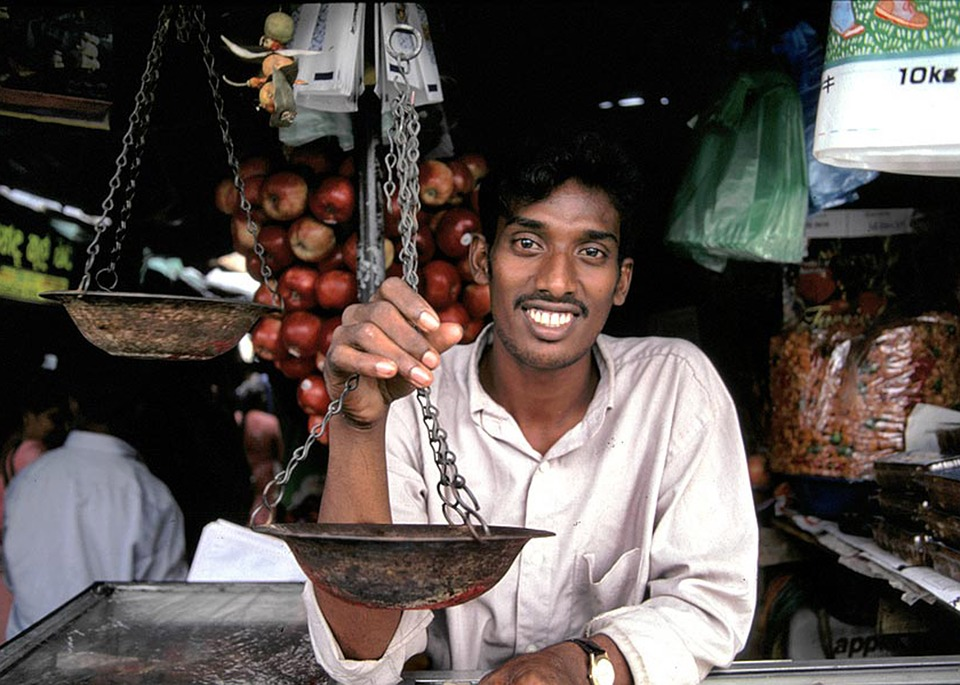 Un souriant commerçant  sri lankais